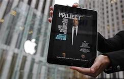 <p>Una mujer sostiene un iPad con la portada de una revista fuera de una tienda de Apple en Nueva York. Nov 30 2010 Los proveedores de parte del popular iPad de Apple se preparan para una nueva ronda de producción en el primer trimestre de 2011, dijeron fuentes el viernes, y una de ellas aseguró que la Tablet PC será relanzada con cámaras en la parte frontal y posterior. REUTERS/Mike Segar</p>