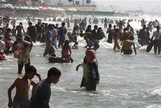 <p>People visit a popular beach in the Mediterranean city of Alexandria, 220km (137 miles) northwest of Cairo, July 17, 2010. REUTERS/Asmaa Waguih</p>