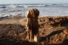 <p>A Roman statue stands on the shore of the Mediterranean sea in the southern city of Ashkelon December 14, 2010. REUTERS/Amir Cohen</p>