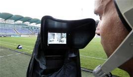 <p>Le Conseil supérieur de l'audiovisuel (CSA) a décidé d'attribuer à la Ligue de football professionnel une fréquence sur la TNT payante pour son projet de chaîne exclusivement dédiée au ballon rond, dénommée CFoot. /Photo d'archives/REUTERS/Laszlo Balogh</p>