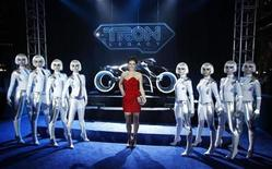 """<p>Cast member Serinda Swan poses between Sirens, a character she plays in the movie, at the world premiere of the film """"TRON: Legacy"""" in Hollywood, California, December 11, 2010. REUTERS/Danny Moloshok</p>"""