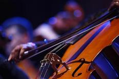 <p>Музыкант Мальтийского филармонического оркестра исполняет сольную партию на виолончели, Валетта 19 июля 2009 года. Ниже представлены некоторые культурные события, которые произойдут в Москве сегодня, 20 декабря. REUTERS/Darrin Zammit Lupi</p>