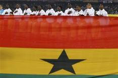<p>Сборная Ганы во время исполнения национального гимна перед матчем с США на чемпионате мира в ЮАР 26 июня 2010 года. Четвертьфиналист чемпионата мира-2010 сборная Ганы может обрести нового главного тренера до конца года, сообщил президент Футбольной ассоциации Ганы Квеси Ньянтакий во вторник. REUTERS/Marcos Brindicci</p>