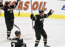 """<p>Игроки """"Далласа"""" радуются шайбе в ворота """"Монреаля"""", Даллас 21 декабря 2010 года. Набирающий обороты """"Даллас"""" одержал третью подряд победу в регулярном чемпионате Национальной хоккейной лиги в ночь на среду и стал единоличным лидером Западной конференции. REUTERS/Tim Sharp</p>"""