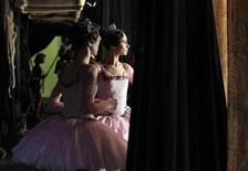 <p>Балерины смотрят репетицию спектакля из-за кулис в Большом театре в Москве 24 декабря 2009 года. Ниже представлены некоторые культурные события, которые произойдут в Москве сегодня, 22 декабря. REUTERS/Denis Sinyakov</p>