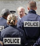 <p>Le ministre de l'Intérieur, Brice Hortefeux, a annoncé porter plainte contre un site internet appelant ouvertement, selon des syndicats de police, à la haine, voire à l'agression des policiers. /Photo d'archives/REUTERS/Robert Pratta</p>