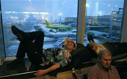 """<p>Люди спят в зале отправления аэропорта """"Домодедово"""" близ Москвы 28 декабря 2010 года. Десятки тысяч российских пассажиров потеряли время, деньги здоровье или расстались с планами на Новый год, оставшись наедине со стихией в аэропортах и на железной дороге, не справившихся с последствиями декабрьского снегопада. REUTERS/Mikhail Voskresensky</p>"""