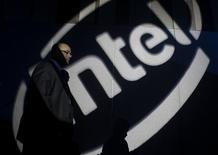 <p>Intel va dévoiler cette semaine au salon de Las Vegas de nouveaux microprocesseurs intégrant un système de protection de contenu qui pourrait séduire les studios hollywoodiens. /Photo d'archives/REUTERS/Nicky Loh</p>