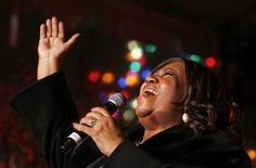 <p>Aretha Franklin canta durante a inauguração da árvore de Natal na bolsa de valores de Nova York. 04/12/2008. REUTERS/Lucas Jackson</p>