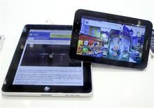 <p>Foto de archivo de un iPad de Apple (izquierda en la imagen) junto a un Galaxy Tb de Samsung durante una muestra en la feria de consumo electrónico IFA en Berlín, sep 2 2010. Esta semana en Las Vegas era más fácil conseguir un Tablet PC que un taxi. REUTERS/Thomas Peter</p>