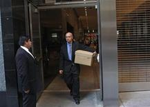 <p>A man walks out of the Lehman Brothers building carrying a box in New York September 15, 2008. REUTERS/Joshua Lott</p>