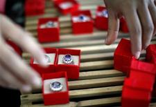 <p>An employee packages replicas of the British royal engagement ring at a jewellery factory in Yiwu, Zhejiang province January 12, 2011. Chinese manufacturers are cashing in on the British royal wedding craze as they churn out tens of thousands of replica royal engagement rings for the world. BRITAIN ROYAL/RING REUTERS/Carlos Barria</p>