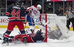 """<p>Вратарь """"Нью-Йорк Рейнджерс"""" Хенрик Лундквист влетает в ворота вместе с шайбой во время матча против """"Монреаля"""" в Нью-Йорке 11 января 2011 года. """"Монреаль"""" обыграл с минимальным преимуществом """"Нью-Йорк Рейнджерс"""" в матче Национальной хоккейной лиги в ночь на среду, продолжая борьбу за лидерство в Северо-восточном дивизионе. REUTERS/Ray Stubblebine</p>"""