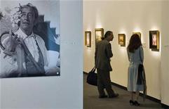 <p>Visitantes en el museo Dalí en Florida, Estados Unidos. ene 11 2011. Algunas de las obras más famosas de Salvador Dalí cuentan con un nuevo hogar en Florida, tras la apertura de un museo que costó 36 millones de dólares y que fue diseñado para reflejar el estilo surrealista del pintor catalán. REUTERS/Steve Nesius</p>