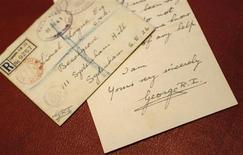 """<p>Cartas personales del rey Jorge VI de Gran Bretaña dirigidas a su profesor de dicción Lionel Logue, ehibidas en Londres, ene 11 2011. Basado en valiosas cartas reales, tarjetas de reuniones y fotografías, un nuevo libro sobre la destacada vida del terapeuta del lenguaje Lionel Logue llena muchos de los huecos que quedan en la exitosa película """"The King's Speech"""". REUTERS/Suzanne Plunkett</p>"""