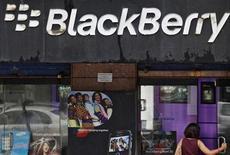 <p>Magasin de téléphonie à Bombay. Research In Motion (RIM), le fabricant du Blackberry, a donné aux autorités indiennes le moyen d'accéder à son service Messenger, tout en répétant qu'aucune solution n'existait pour surveiller les courriels sécurisés des entreprises. /Photo d'archives/REUTERS/Danish Siddiqui</p>