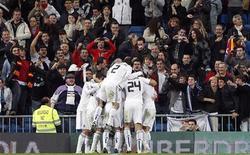 """<p>Игроки """"Реала"""" радуются голу, забитому в ворота """"Атлетико"""", в Мадриде 13 января 2011 года. """"Реал"""" одержал волевую победу над """"Атлетико"""" в первом матче 1/4 финала Кубка Испании со счетом 3-1, сделав хороший задел перед ответным матчем. REUTERS/Juan Medina</p>"""