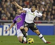 <p>Ever Banega do Valencia (dir) e Antonio Tomas do Deportivo La Coruna disputam jogada durante partida do campeonato espanhol. 16/01/2011 REUTERS/Heino Kalis</p>
