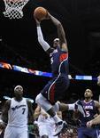 """<p>Форвард """"Атланты"""" Джош Смит кладет мяч в корзину """"Вашингтона"""" в Атланте 25 ноября 2010 года. """"Атланта"""" в овертайме обыграла """"Майами"""" со счетом 93-89 в матче регулярного чемпионата Национальной баскетбольной ассоциации (НБА), что стало для южан четвертым фиаско кряду. REUTERS/Tami Chappell</p>"""
