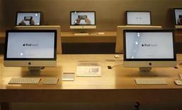<p>Computadores Mac en la tienda de Apple en Nueva York. ene 18 2011. Al menos seis corredurías mejoraron su precio objetivo para Apple Inc el miércoles, un día después de que el panorama para el segundo trimestre de la compañía, que normalmente es conservador, arrasara con las expectativas de Wall Street. REUTERS/Mike Segar</p>