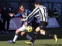 <p>Goran Pandev (à esq.), da Inter de Milão, desafia Maurizio Domizzi, da Udinese, durante partida pela série A do campeonato italiano em Udine, 23 de janeiro de 2011. REUTERS/Daniel Raunig</p>