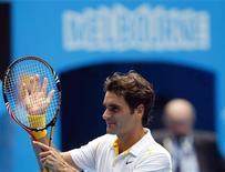 <p>O suíço Roger Federer venceu seu compatriota Stanislas Wawrinka nesta terça-feira nas quartas de final do Aberto da Austrália. 25/01/2011 REUTERS/Petar Kujundzic</p>