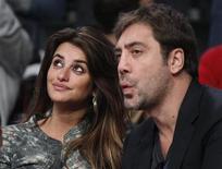 <p>Penélope Cruz e Javier Bardem assistem ao jogo da NBA entre o Miami Heat e o Los Angeles Lakers, em dezembro. O casal teve seu primeiro bebê, disse a imprensa espanhola nesta quarta-feira. 25/01/2010 REUTERS/Danny Moloshok</p>