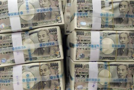 Stacks of ten thousand Japanese yen bills are piled up before counting at the Korea Exchange Bank (KEB) in Seoul November 11, 2008.  REUTERS/Jo Yong-Hak/Files