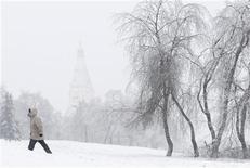 <p>Мужчина проходит мимо покрытых снегом деревьев в Москве 29 декабря 2010 года. Выходные дни в Москве будут немного теплее будней, но такими же снежными, ожидают синоптики. REUTERS/Denis Sinyakov</p>