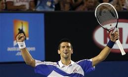 <p>Novak Djokovic, da Sérvia, comemora título do Aberto da Austrália após derrotar o britânico Andy Murray. REUTERS/Tim Wimborne</p>