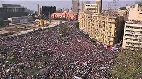 <p>Кадр из видео, запечатлевший демонстрацию в Каире, 1 февраля 2011 года. Более 200.000 человек, надеющихся положить конец 30-летнему авторитарному правлению президента Египта Хосни Мубарака, собрались на площади Тахрир в Каире во вторник. REUTERS/Reuters TV</p>