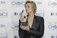 "<p>Actress Jane Lynch kisses her award for favorite comedy series actress for her role in ""Glee,"" in the photo room at the 2011 People's Choice Awards in Los Angeles January 5, 2011 REUTERS/Danny Moloshok</p>"