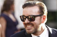 <p>Ricky Gervais chega à cerimônia de entrega dos Globos de Ouro em Beverly Hills. Mais de duas semanas depois que Gervais ridicularizou os grandes e poderosos astros de Hollywood ao apresentar os Globos de Ouro, a controvérsia ainda não amainou. 16/01/2011 REUTERS/Danny Moloshok/Arquivo</p>