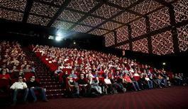 """<p>Зрители сидят в кинозале в Париже, 20 марта 2010 года. Низкобюджетный триллер """"Соседка по комнате"""" (""""The Roommate"""") стартовал с первого места в североамериканском прокате, заработав за минувшие выходные $15,6 миллиона. REUTERS/Thomas White</p>"""