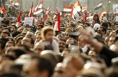 <p>Оппозиционеры во время акции протеста на площади Тахрир, 8 февраля 2011 года. Египетская оппозиция провела во вторник одни из самых крупных демонстраций за все время выступлений, продолжая требовать отставки президента Хосни Мубарака, несмотря на разработанный правительством план передачи власти. REUTERS/Dylan Martinez</p>