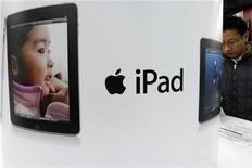"""<p>Покупатель рассматривает Apple iPad в магазине в Токио, 27 декабря 2010 года. Apple запустила производство нового """"планшетника"""" iPad с камерой на лицевой панели, сообщила Wall Street Journal со ссылкой на человека, знакомого с ситуацией. REUTERS/Issei Kato</p>"""