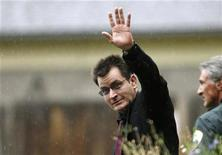 <p>Actor Charlie Sheen gestures towards the media as he leaves the Pitkin County Courthouse after a sentencing hearing in Aspen, Colorado August 2, 2010. REUTERS/Rick Wilking</p>