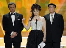 """<p>Foto de archivo de los actores Colin Firth, Helena Bonham Carter y Geoffrey Rush (I-D) presentando un clip del filme """"The King's Speech"""" en la ceremonia de los Screen Actors Guild Awards en Los Angeles. Ene 30, 2011. REUTERS/Mario Anzuoni</p>"""