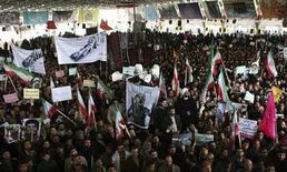 <p>Иранцы на похоронах студента Сане Жале в Тегеране, 16 февраля 2011 года. Сторонники иранских властей подрались с оппозицией в Тегеране, сообщил государственный телеканал IRIB. REUTERS/Stringer</p>