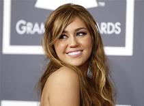 <p>Miley Cyrus posa para foto no Grammy Awards em Los Angeles, 13 de fevereiro 2011. REUTERS/Danny Moloshok</p>