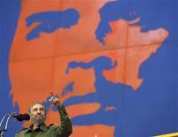 """<p>Foto de archivo del ex lider cubano Fidel Castro dando un discurso con una imagen del revolucionario Ernesto Che Guevara en La Habana, jun 17 2005. El artista irlandés cuyo póster del revolucionario latinoamericano Che Guevara se convirtió en una de las imágenes más reproducidas del siglo XX, dijo que decidió registrar derechos de autor sobre la imagen para impedir su """"burdo uso comercial"""". REUTERS/Claudia Daut/Files (CUBA)</p>"""