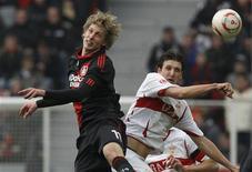 <p>Stefan Kiessling do Bayer Leverkusen (esq) e Zdravko Kuzmanovic do Stuttgart durante jogo do Campeonato Alemão. O Bayer Leverkusen marcou dois gols tardios para superar o teimoso Stuttgart por 4 x 2 neste domingo. 20/02/2011 REUTERS/Alex Domanski</p>