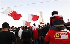 """<p>Демонстранты на акции протеста в Манаме, 21 февраля 2011 года. Организаторы """"Гран-при Бахрейна"""" гонок класса """"Формула 1"""" приняли решение отменить гонку из-за народных волнений, охвативших страну. REUTERS/Hamad I Mohammed</p>"""