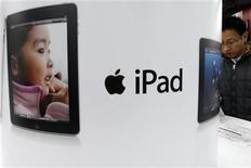 <p>Imagen de archivo de un anuncio de iPad en una tienda de artículos electrónicos en Tokio. dic 27 2010. El lanzamiento de la segunda generación del iPad de Apple se retrasará de abril a junio debido a problemas de su fabricante Hon Hai por el nuevo diseño de la tableta, según publicó el martes en un reporte la correduría taiwanesa Yuanta Securities. REUTERS/Issei Kato</p>