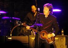 <p>Paul McCartney no Hollywood Bowl em Los Angeles. O cantor passou dos Beatles para o balé: ele está dando os retoques finais à sua primeira partitura orquestral original para dança. 30/04/2010 REUTERS/Mario Anzuoni/Arquivo</p>