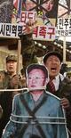 <p>Демонстранты, выступающие против лидера Северной Кореи Ким Чен Ира, в Сеуле 25 февраля 2011 года. Южнокорейские военные по воздуху отправили в КНДР листовки, повествующие о революциях в Египте и волнениях на Ближнем Востоке, а также продовольствие, медикаменты и радиоприемники, что стало очередным актом пропагандистской кампании, которую ведет Юг против своего коммунистического соседа. REUTERS/Truth Leem</p>