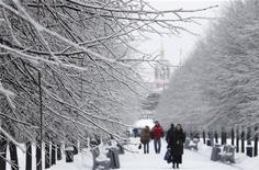 <p>Снежная погода в Москве 26 декабря 2010 года. Незначительное потепление после 20-градусных морозов продолжится в Москве и в выходные, ожидают синоптики. REUTERS/Denis Sinyakov</p>