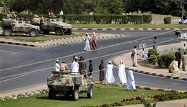 <p>Военные следят за порядком в Сохаре 1 марта 2011 года. Вооруженные силы Омана разогнали демонстрантов в главном экспортном порту страны, стреляя в воздух, в результате чего один человек получил ранения, сообщил очевидцы случившегося во вторник. REUTERS/Jumana El-Heloueh</p>