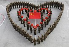 <p>Китайские солтаты держат национальный флаг, отмечая Лунный Новый год , 14 февраля 2010года. Китай увеличит военный бюджет на 12,7 процента в 2011 году, сообщило правительство в пятницу. REUTERS/China Daily</p>