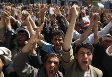 <p>Участники антиправительственной демонстрации в Сане, 3 марта 2011 года. Власти Йемена обстреляли ракетами участников антиправительственного протеста на севере страны, в результате чего погибли два человека, сообщили в пятницу повстанцы- шииты. REUTERS/Khaled Abdullah</p>